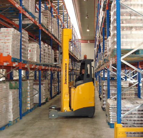 Warehouse traffic management when Material Handling. By Cayco - Own work, CC BY 3.0